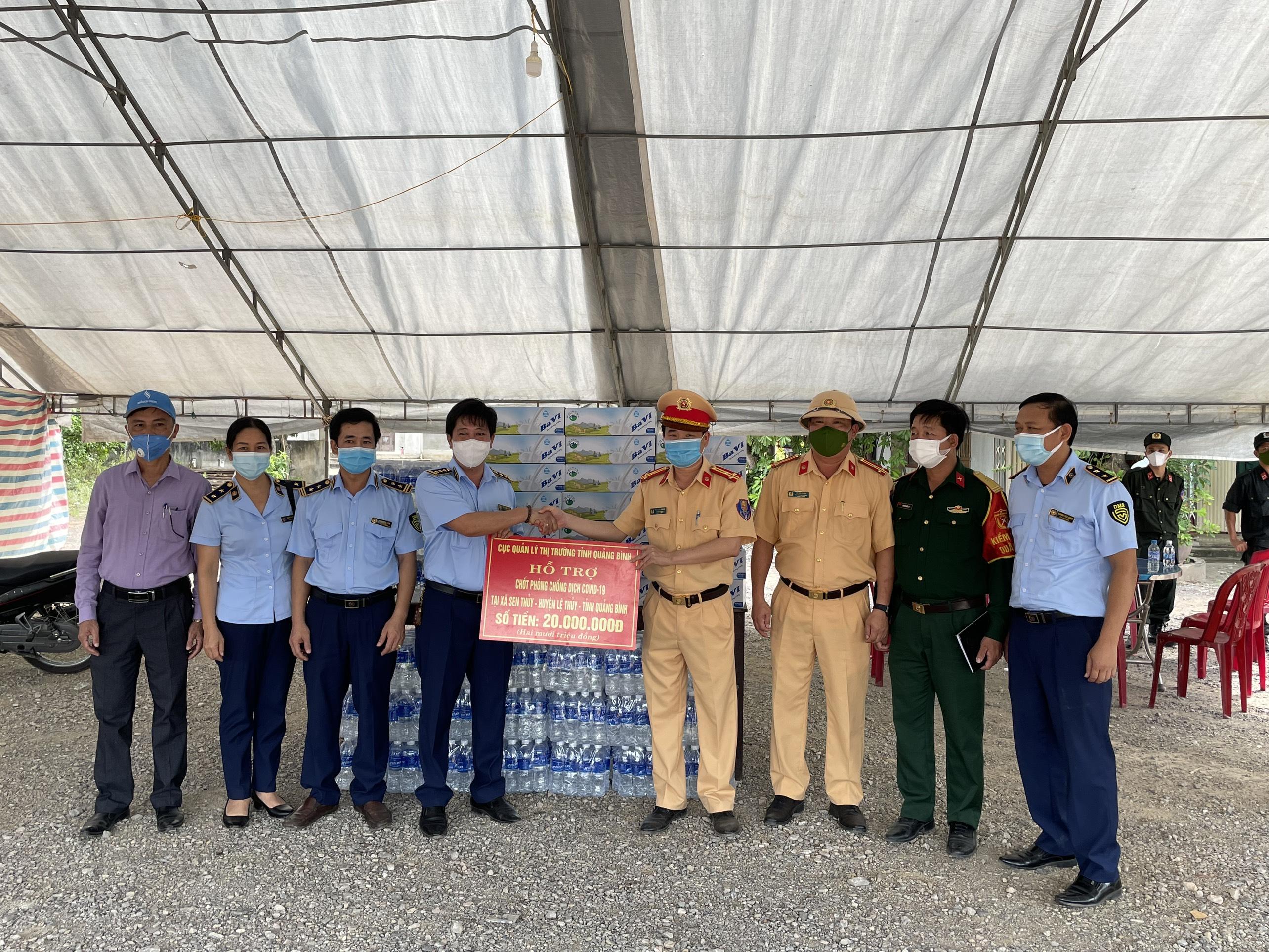 Cục QLTT Quảng Bình thăm hỏi, động viên lực lượng làm nhiệm vụ tại Chốt kiểm soát phòng, chống dịch Covid-19 đóng tại địa bàn huyện Lệ Thủy, tỉnh Quảng Bình